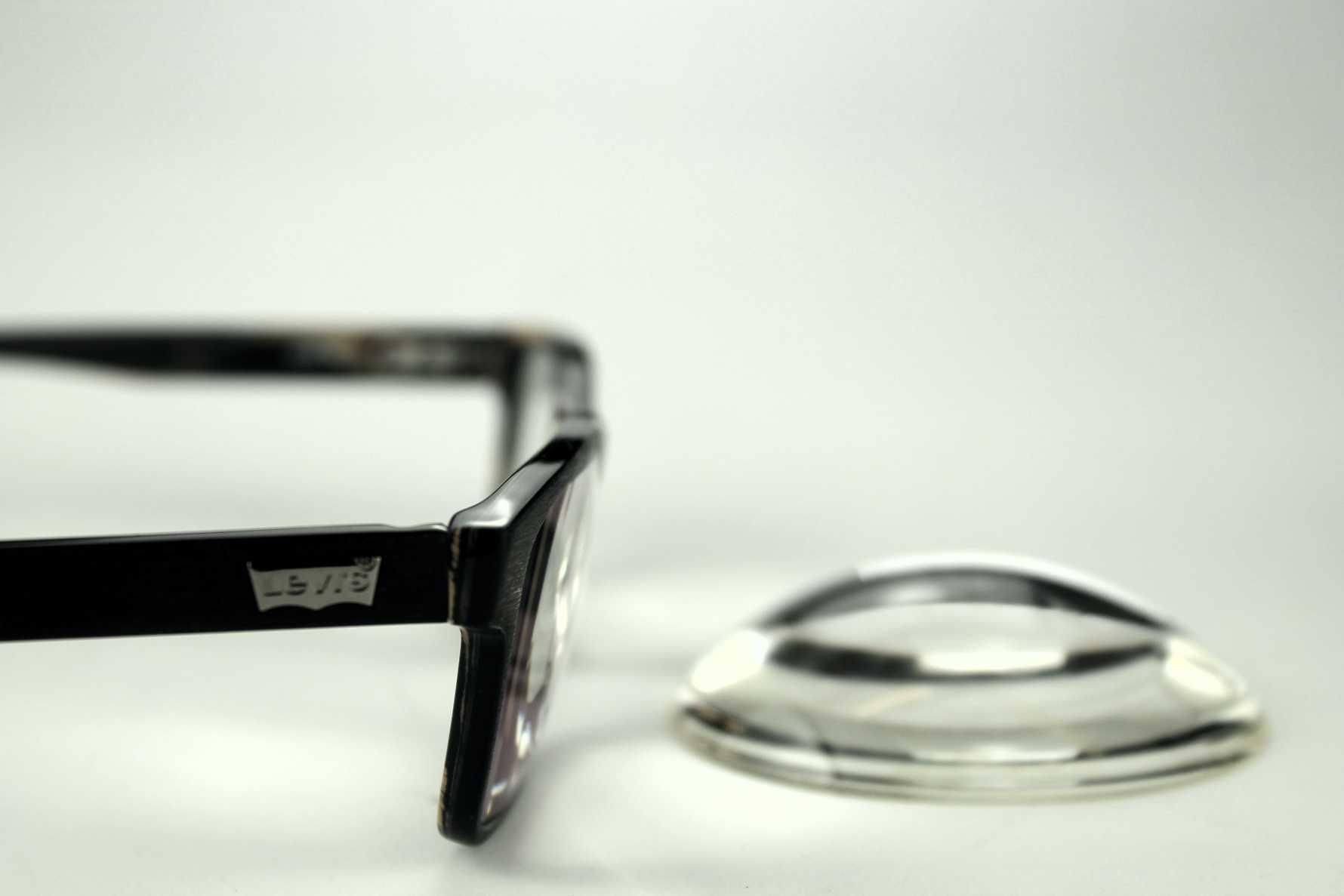 Vékonyítás nélküli nyers lencse vs. vékonyított kerethez optimalizált  elkészült szemüveglencse. 6b98501800